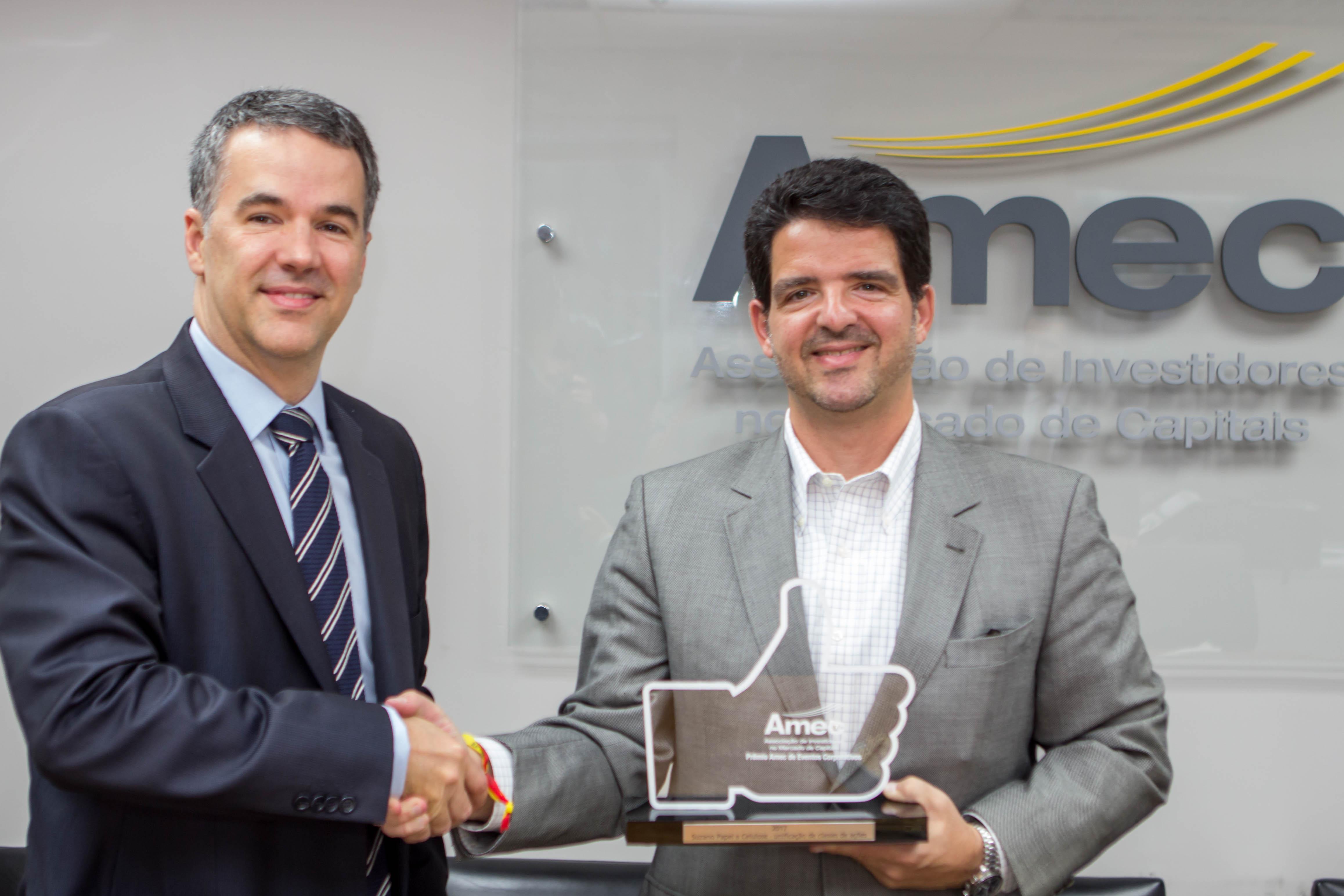 Presidente da Amec, Mauro Rodrigues da Cunha entrega o troféu para Marcelo Bacci, Diretor de Finanças e Relações com Investidores da Suzano